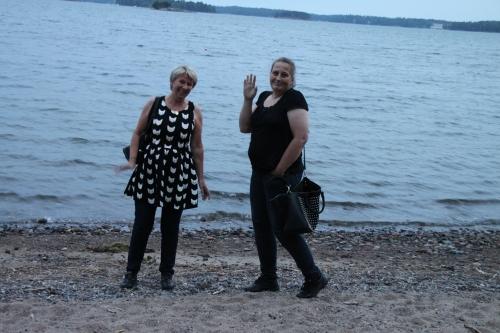 """Lene og Linda Kristin ved en av """"De tusen sjøers lands"""" strender"""